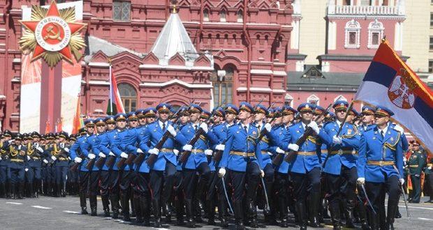 Српска гарда маршевским кораком под зидинима Кремља у знак победе над нацистичком немани