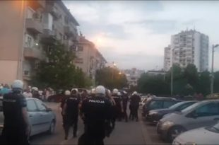 Док монтенeгринска полиција батина и хапси Србе издајничка фукара на власти у Србији ћути као заливена! (видео)