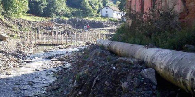 Мештани и активисти заказали вађење цеви за мини-хидроелектрану у Ракити