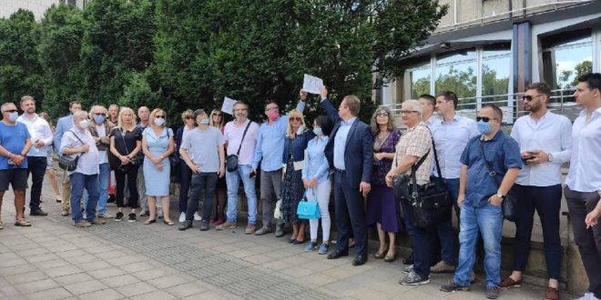 Адвокати одржали протест испред зграде Владе: Држава крши законе, на децу су послали коњицу и хамере