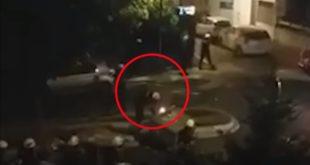 Жандарм током протеста запалио контејнер као хулиган (ВИДЕО)