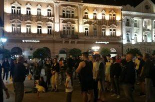 Протест против најављених мера и у Новом Саду, полиција чува Градску кућу