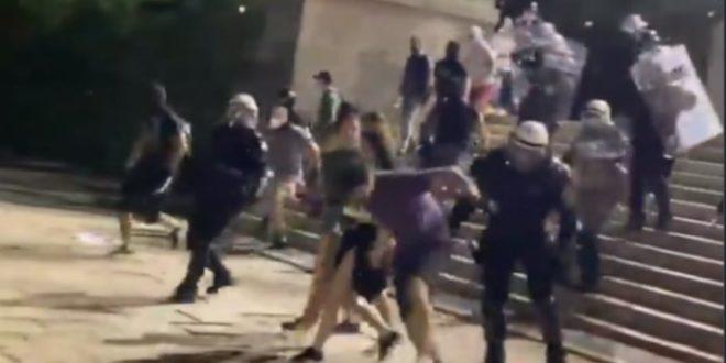 Погледајте како је полиција синоћ из чиста мира пребила мирне демонстранте! (видео)