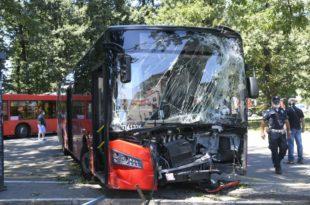 Београд: Градски аутобус турске проиводње на окретници на Миљаковцу изненада добио неконтролисано убрзање, ударио у дрво и покосио жену, повређен и возач