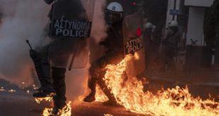 И Грчка на ногама: Десет хиљада људи на улицама, бечени сузавац и гасне бомбе (ВИДЕО)