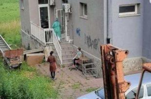 Потресна слика из Пазара: Дете прима инфузију испред болнице