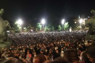 Више десетина хиљада људу испред НАРОДНЕ СКУПШТИНЕ, полиција баца сузавац (видео,фото)