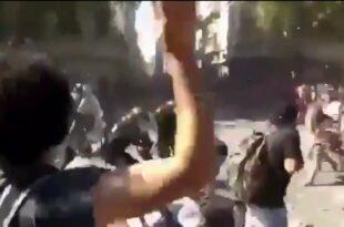 Аргентина: Погледајте како су демонстранти буквално развалили полицијску јединицу (видео)