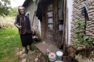 Бака Радојка је чудо, иде за козама иако јој је 90: Живи сама у селу, новине не чита, ТВ не гледа, за интернет ни чула