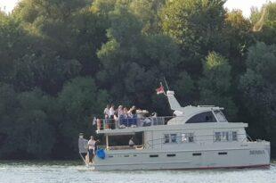 Брнабићкина партнерка крстари на броду који је нарко дилер купио БИА док их бејбиситује Жандармерија (фото)