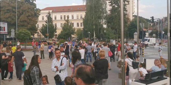 """""""Ужице без маски"""" вечерашње окупљање грађана испред Градске куће у Ужицу! (видео)"""