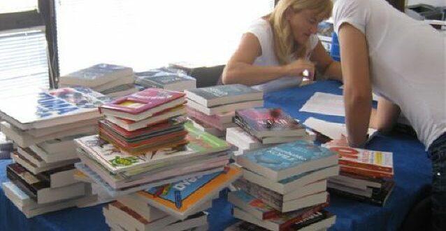 Да би првак добио комплет књига, родитељи морају да ШТЕДЕ 53 МЕСЕЦА (видео)