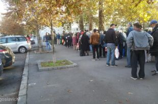 Београд: Маса народа код Вуковог споменика чека донацију у храни