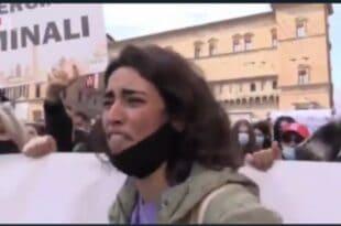"""Очај младе мајке у Италији која је остала без посла: """"Од чега да купујем сину да једе, имам дете од з године"""" (видео)"""