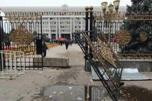 Хаос у Киргистану после лажираних избора: Сузавац, запаљен парламент, у протестима повређено преко 590 људи (видео)