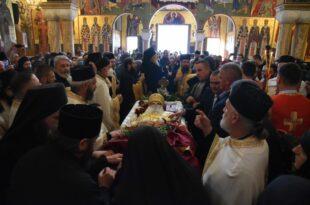 Сахрањен митрополит црногорско-приморски Амфилохије (видео)