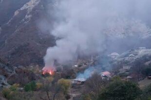 Јермени из Нагорно Карабаха пале и напуштају своје домове пре него територију презму Турци (ВИДЕО)
