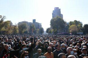 Демонстрације против Пашињана све масовније – појавили се и повратници из рата за Карабах (видео)