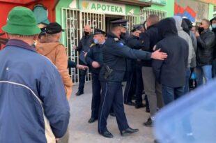 Бурно у Kосовској Митровици: Грађани чувају апотеке од шиптарске полиције (видео)