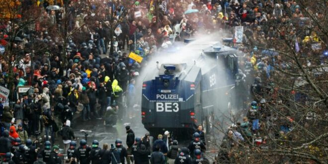 ОПКОЉЕН БУНДЕСТАГ! Хаос на улицама Берлина, народ масовно против анти корона мера Меркелове (видео)