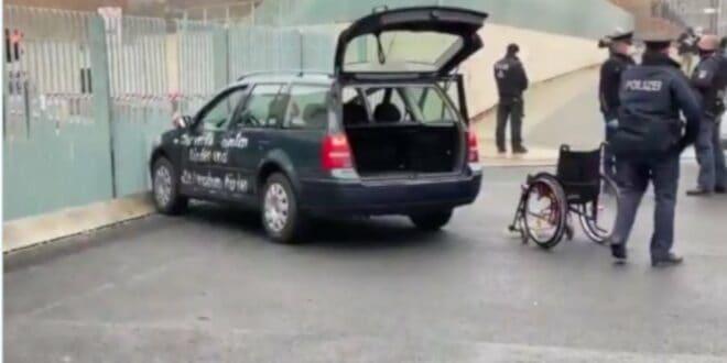 Берлин: Аутомобилом кроз затворену капију у посету код Меркелове (видео, фото)