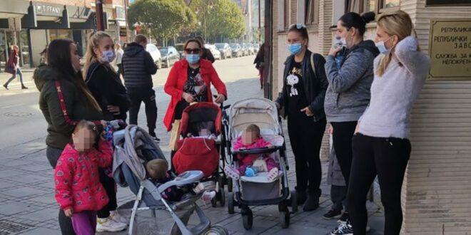 Протест незапослених породиља у Чачку због неисплаћених накнада које касне месецима