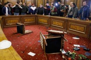 Јереван: Јерменски народ уништио зграду владе после издаје државног руководства (видео)