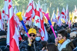 Опозициони протести широм Грузије, полиција користила водене топове (видео)