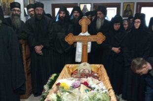ДАНАС је сахрањен епископ рашко-призренски и косовско-метохијски у егзилу Артемије (видео, фото)
