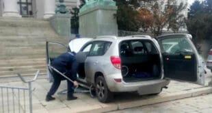 """Полиција ухапсила мушкарца који је аутом пробио заштитну ограду испред Дома Народне скупштине и током бежања са шипком у руци викао """"министри напоље"""""""