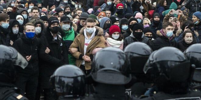 Око 2.100 људи ухапшено у Русији на демонстрацијама организованим као подршку за Наваљног