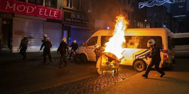 Хаос у Бриселу – запаљена полицијска станица, страдало возило краља (видео)