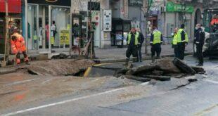 Београд: Пукла водоводна цев и отворила се рупа код Београђанке, аутобус се стрмекнуо у рупу (видео)