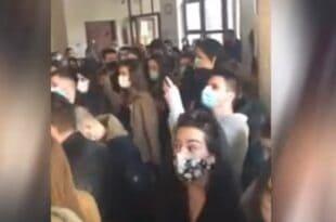 Београд: Студенти Правног факултета блокирали зграду факултета, негодују због самовоље управе, укидања априлског рока и повећања школарине