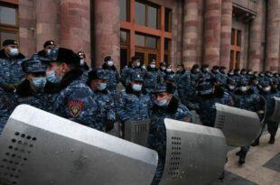 Јерменија: Опозиција упала у скупштину и тражи оставку премијера Пашињана (видео)