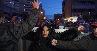 Јерменија: Пашињанов режим хапси демонстранте испред зграде парламент (видео)
