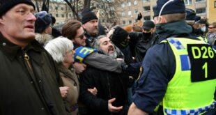 Шведска: Сукоб демонстраната и полиције у центру Стокхолма због нових мера у борби са пандемијом, најмање један полицајац je повређен