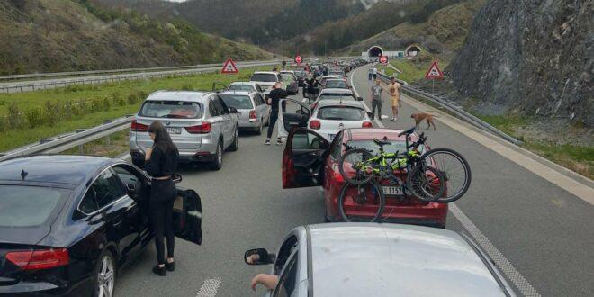 АЛ СТЕ ГА ОПРАВИЛИ! Хаос на готово свим аутопутевима у Србији, у Прељини се чека три сата на наплатној рампи!