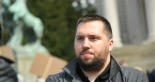 ПРОДАО ФРИЛЕНСЕРЕ: Миран Погачар, човек задужен да гуши протесте, воза људе по улици, хушка на цркву!
