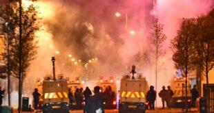 """Нове """"невоље"""" у Белфасту – демонстранти напали полицију Молотовљевим коктелима и каменицама (видео)"""