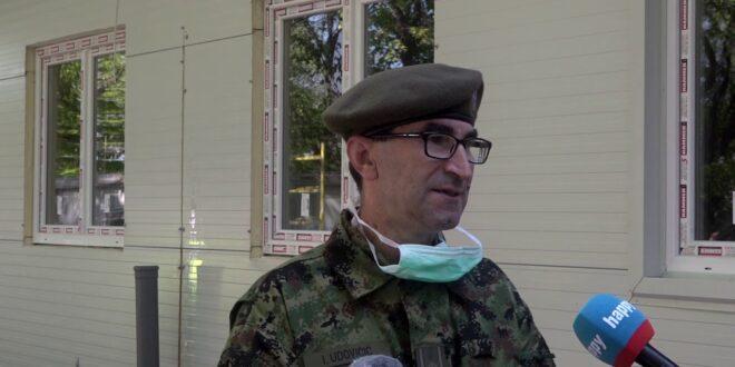 Јебо земљу и војску која има оваквог увезеног идиота за пуковника и то још начелника болнице!