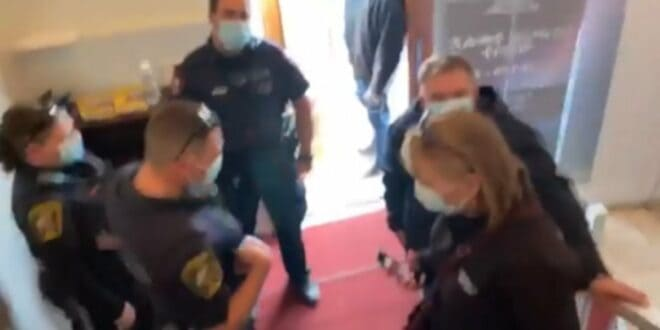 Нацистима и гестапу није дозвољен улаз у цркву! Сместа да сте изашли напоље! (видео)