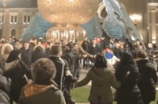 Режимски и окупациони медији сикћу као змије отровнице на српско коло код споменика Стефану Немањи (видео)