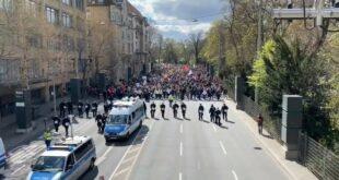 Масовни протести у Штутгарту против мера владе за ограничавање ширења Ковида-19