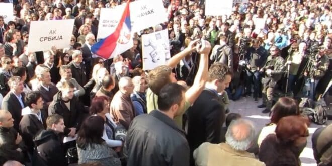 ВУЧИЋ СЕ ХВАТА ЗА ГЛАВУ: Најављен протест адвоката, већ су га поразили 2014. године!