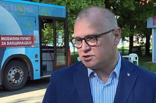 АКЦИЈА Т4: Весићу, јел си знао да је и чика Адолф имао сличне вакцина-аутобусе које ти возаш по Београду?