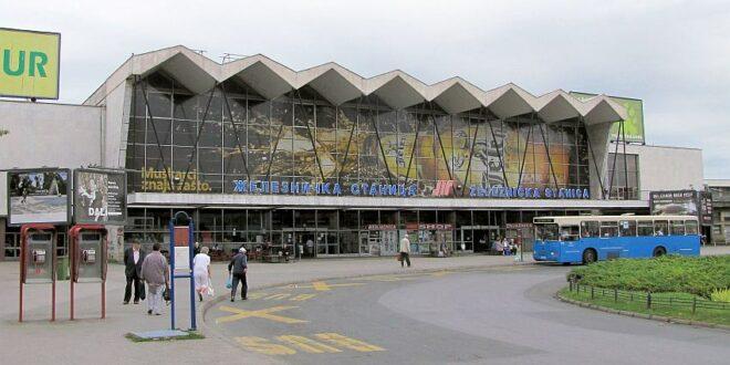 Железничка станица у Новом Саду данима у мраку, карте се продају под лампама и пишу ручно