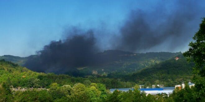 """Чачак: Сад и пожар у близини фабрике """"Слобода"""", ватра се брзо шири"""