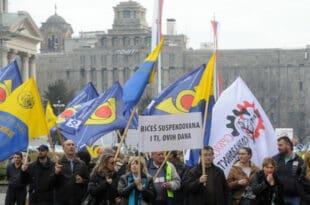 ПОШТАРИ спремају велики протест, доста им је ботова и певача које држава запошљава код њих…