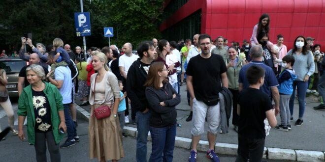 Нови Београд: Око 500 станара Блока 37 окупило се на протесту због бесправне изградње пословног комплекса од 8 спратова на зеленој површини